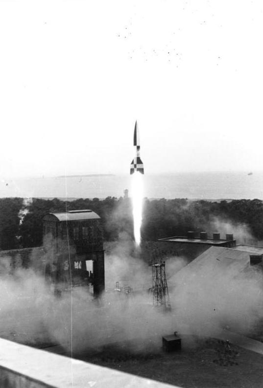 Bundesarchiv RH8II Bild-B0791-42 BSM, Peenemünde, Raketenstart.jpg