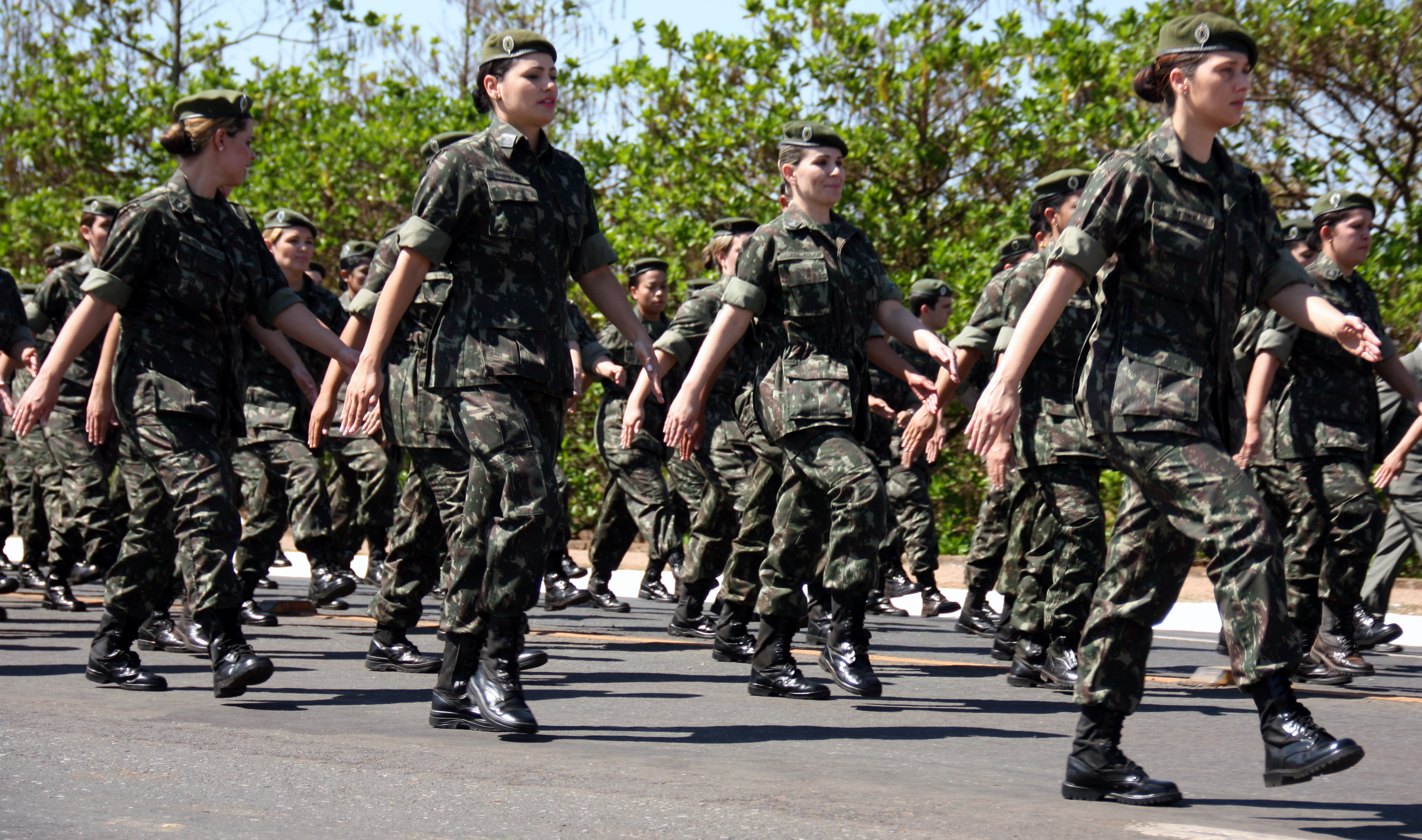 50f06b634d1d5 Mulheres do exército brasileiro marchando.