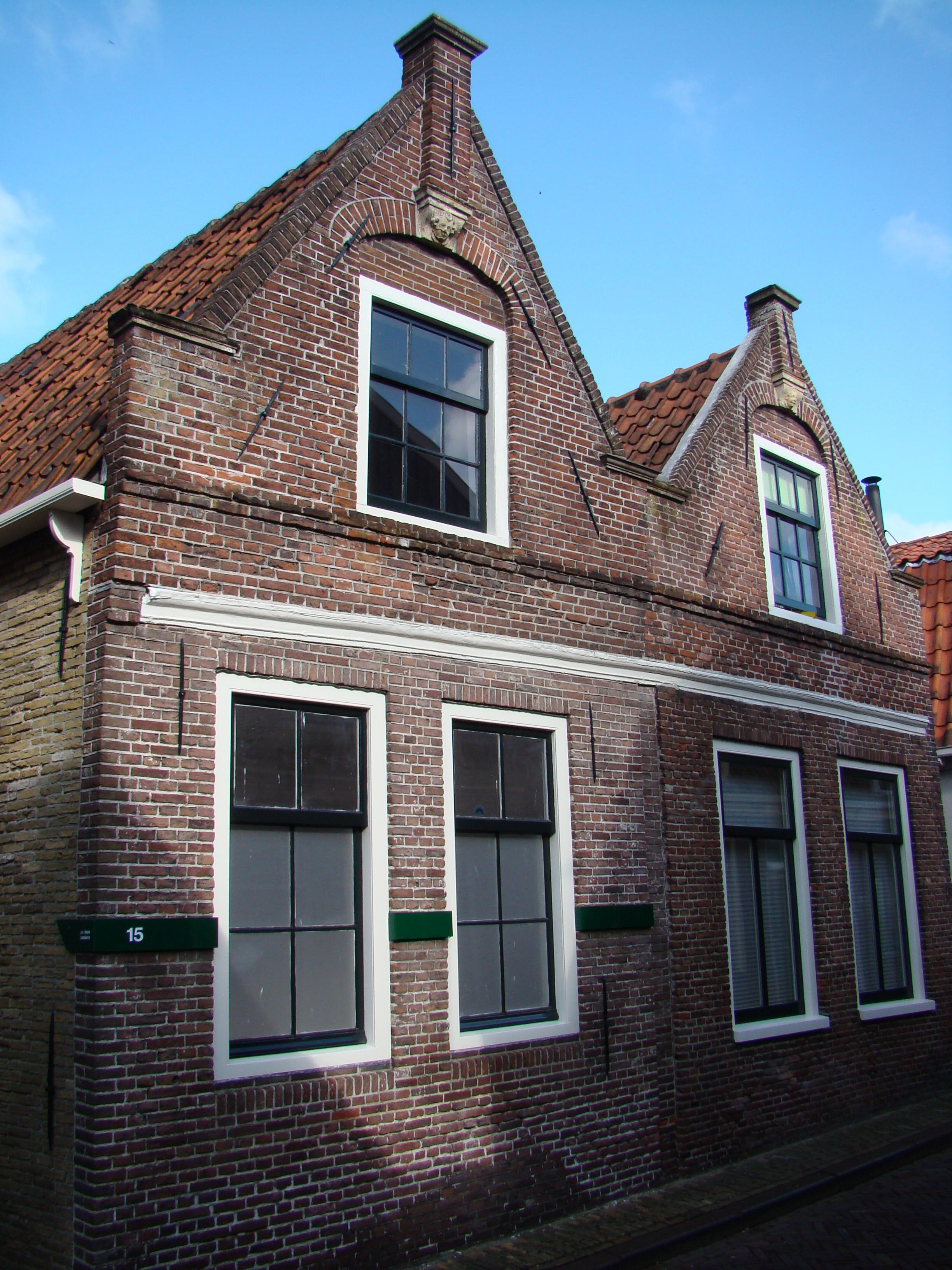 Huizen met gekoppelde gevels oorspronkelijk trapgevels de toppilasters op een maskerkraagsteen - Gevels van hedendaagse huizen ...