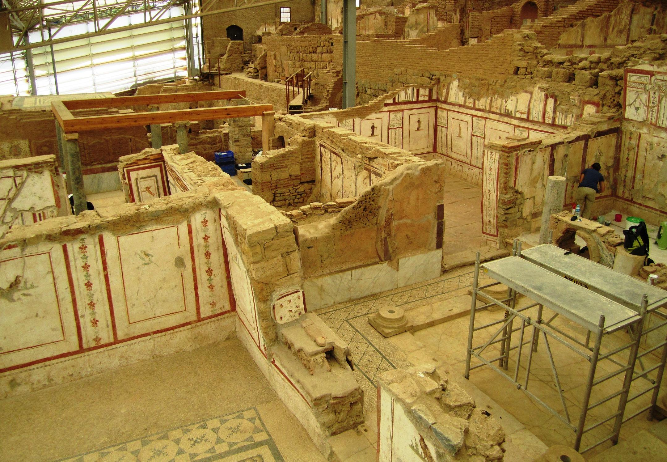 Hanghäuser file ephesos hanghäuser jpg wikimedia commons