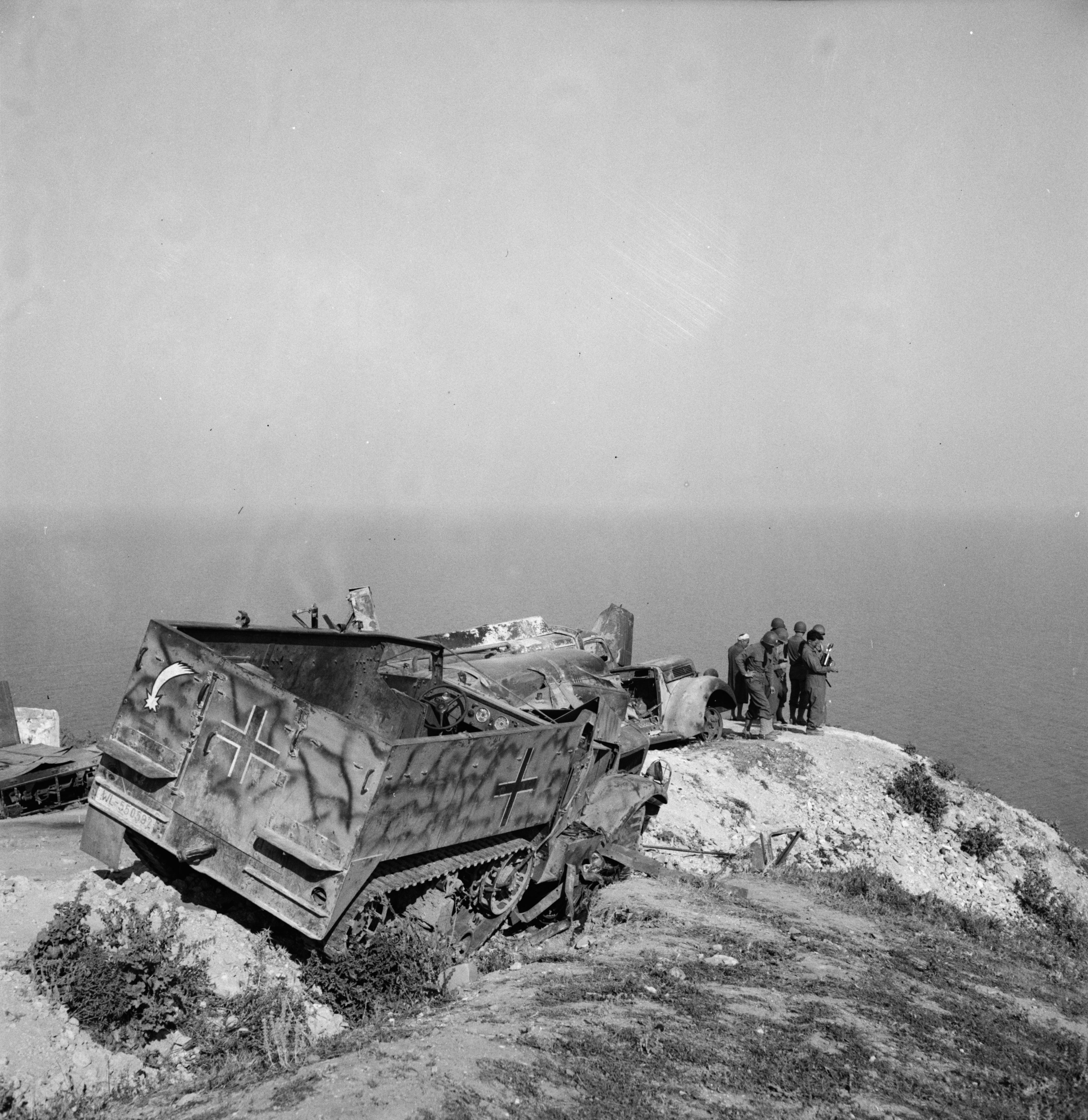 Half-track beute German_M3_wreck2_Tunis_May1943