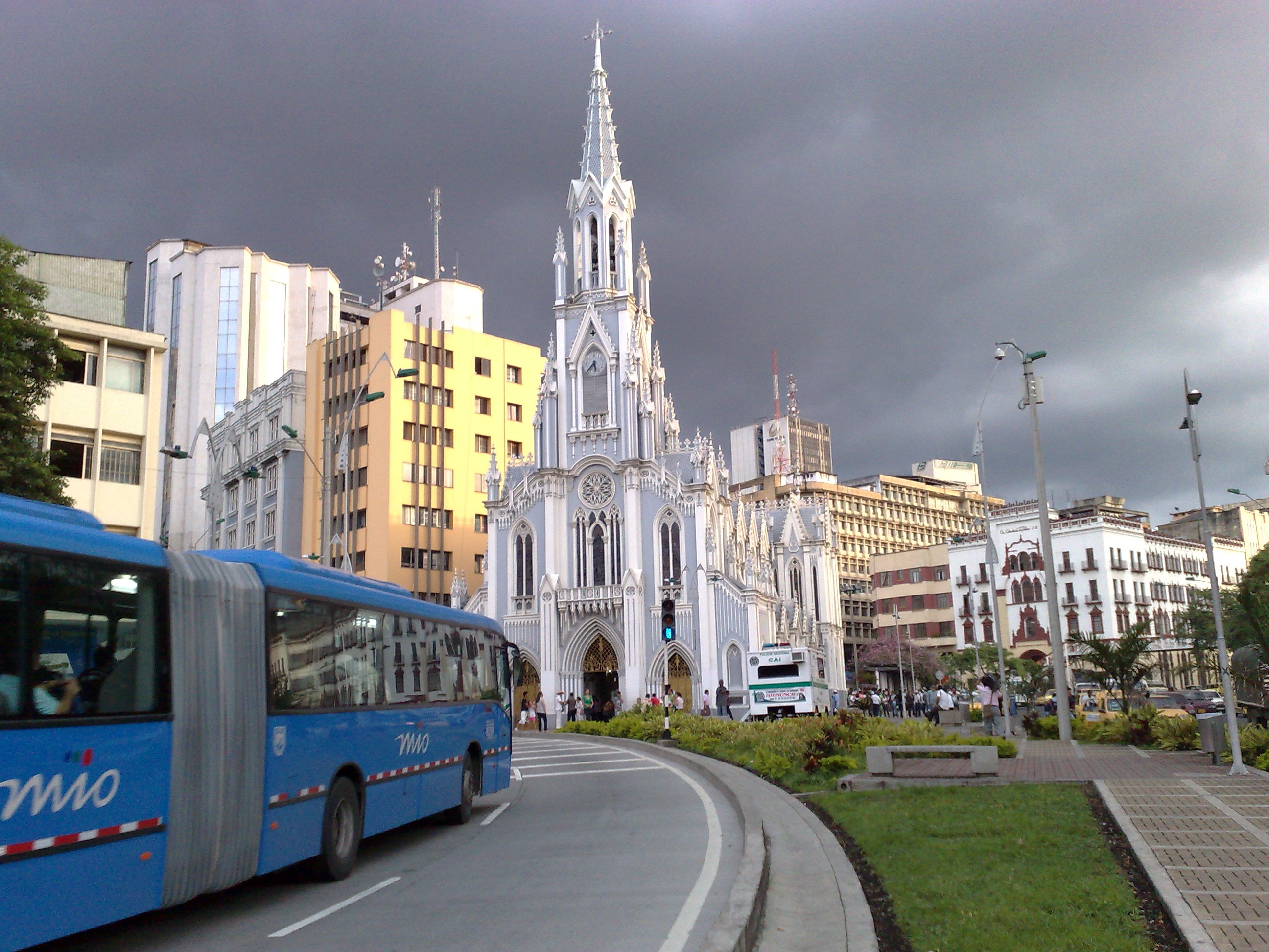 https://upload.wikimedia.org/wikipedia/commons/9/94/Iglesia_La_Ermita_en_Cali,_Colombia.jpg