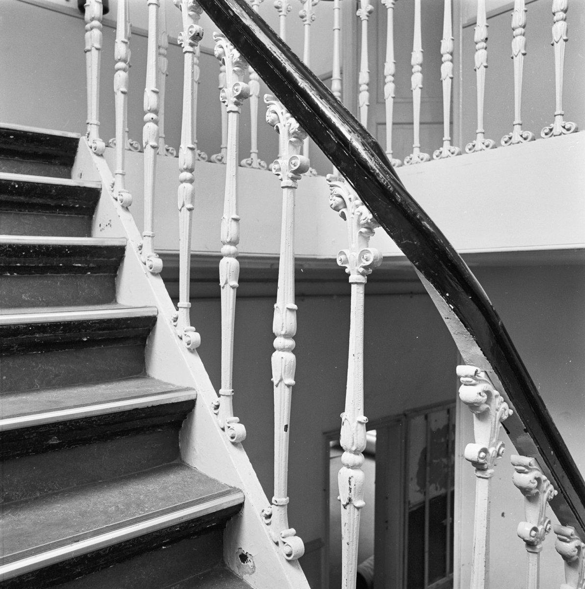 File interieur detail van de trap met leuning op gietijzeren spijlen brielle 20043118 rce - Model interieur trap ...