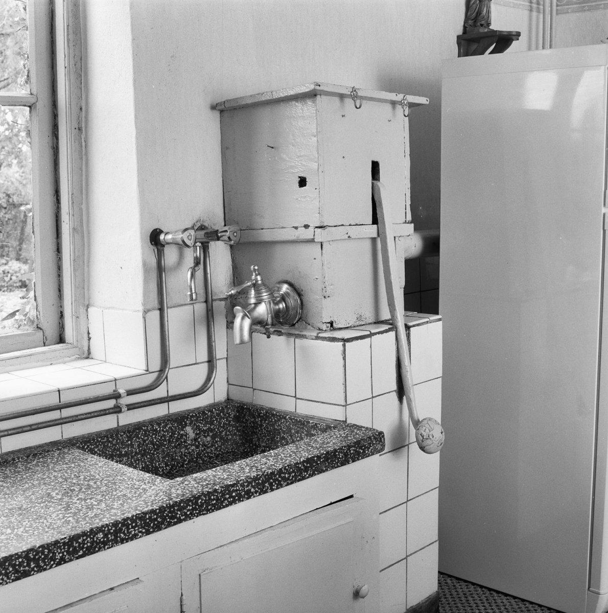 File:Interieur keuken met granieten aanrechtblad en waterpomp - Veghel ...