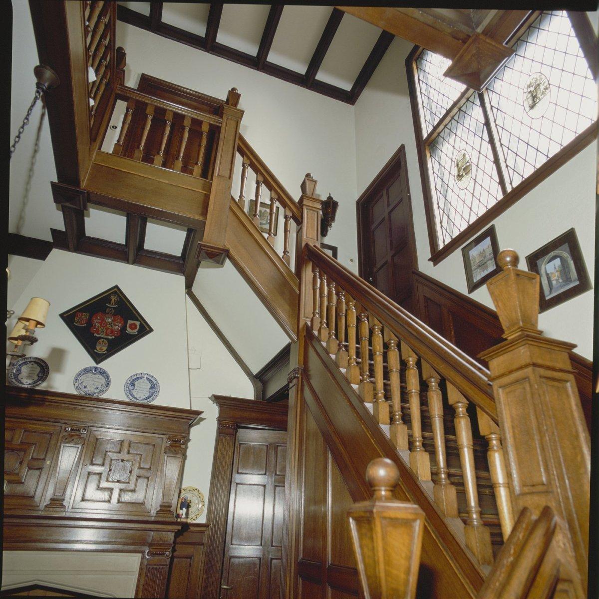File interieur trap overzicht met houten afwerking overveen 20428447 wikimedia - Interieur houten trap ...