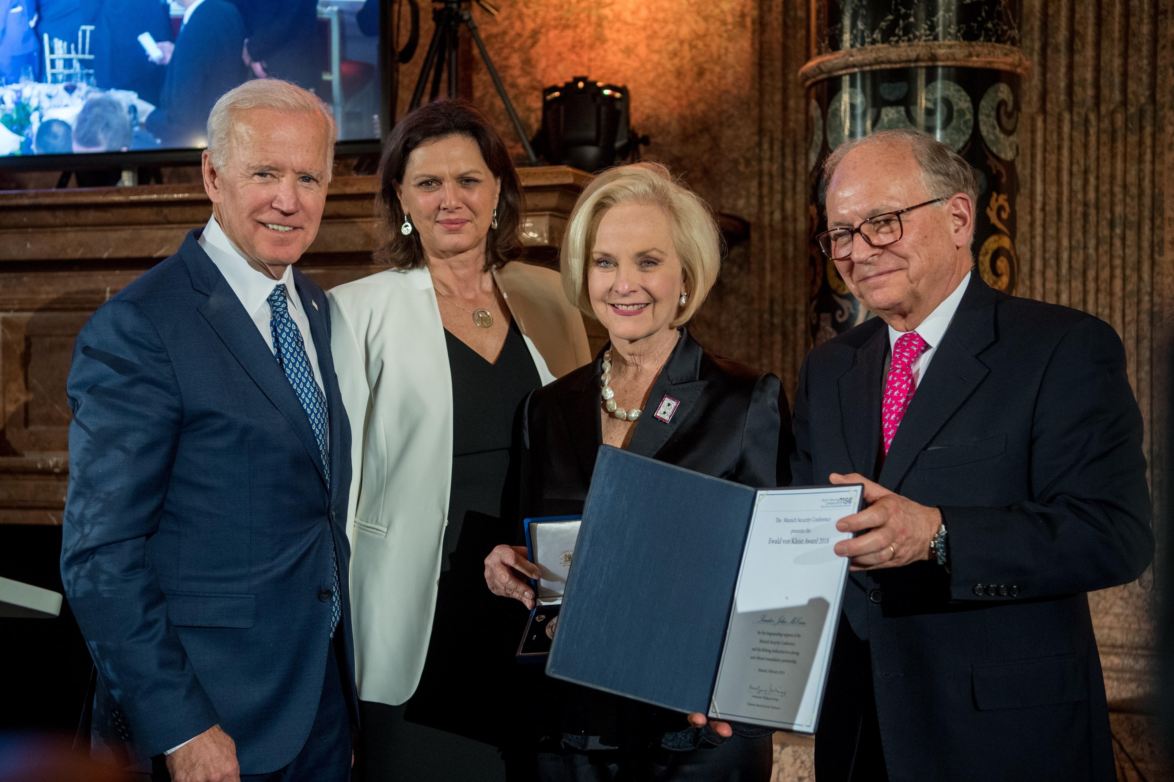 Datei Joseph R Biden Jr Ilse Aigner Cindy McCain Und Wolfgang