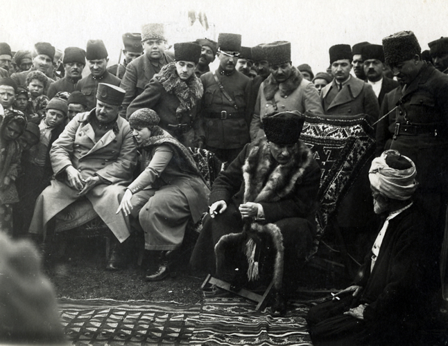 File:Karabekir, Latife Hanım ve Atatürk Edremit yolu üzerindeki Ergama  köyünde (8 Şubat 1923).jpg - Wikimedia Commons