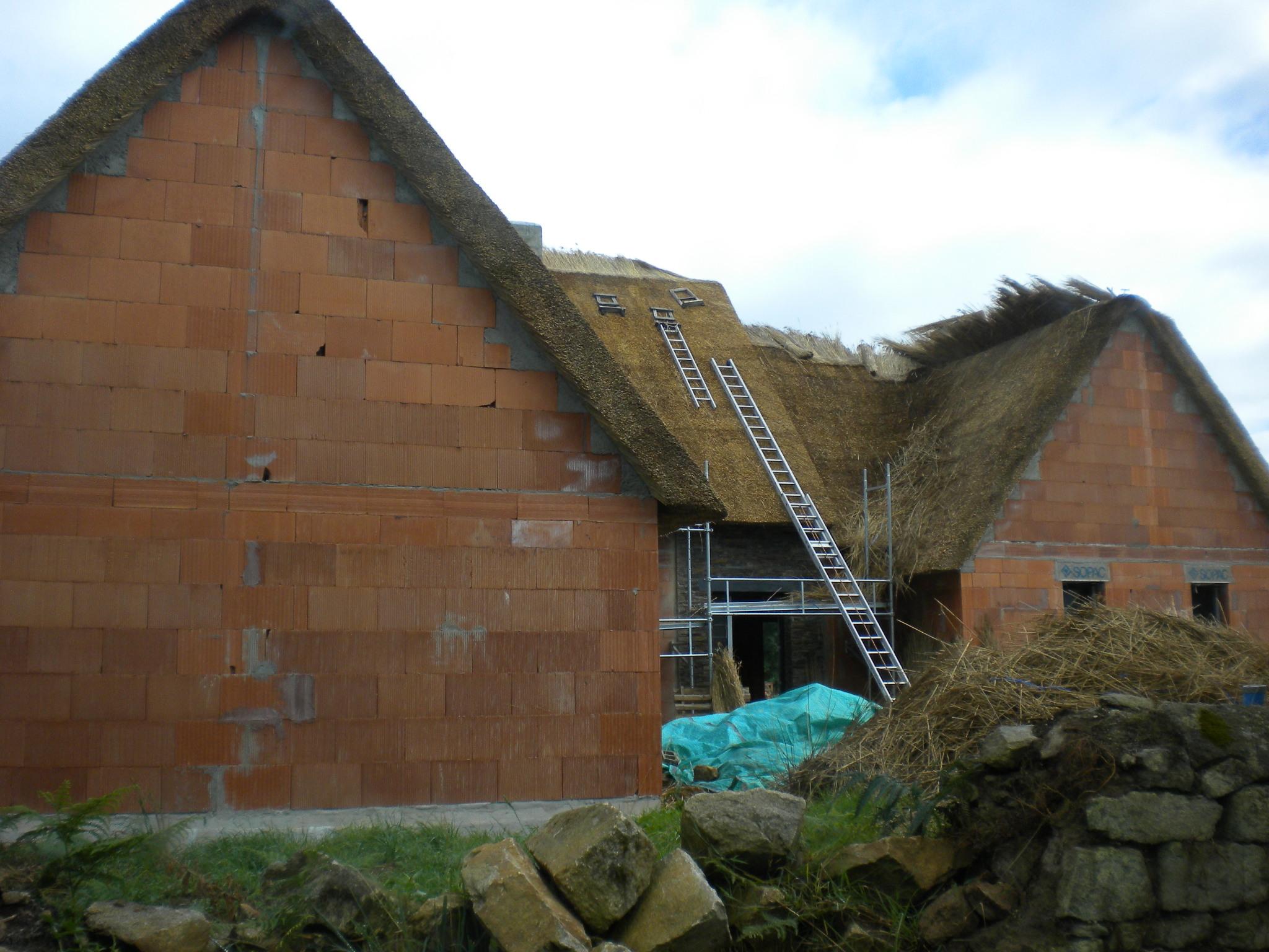 File kerhinet maison en travaux pose du chaume wikimedia commons - Jeux de traveau de maison ...