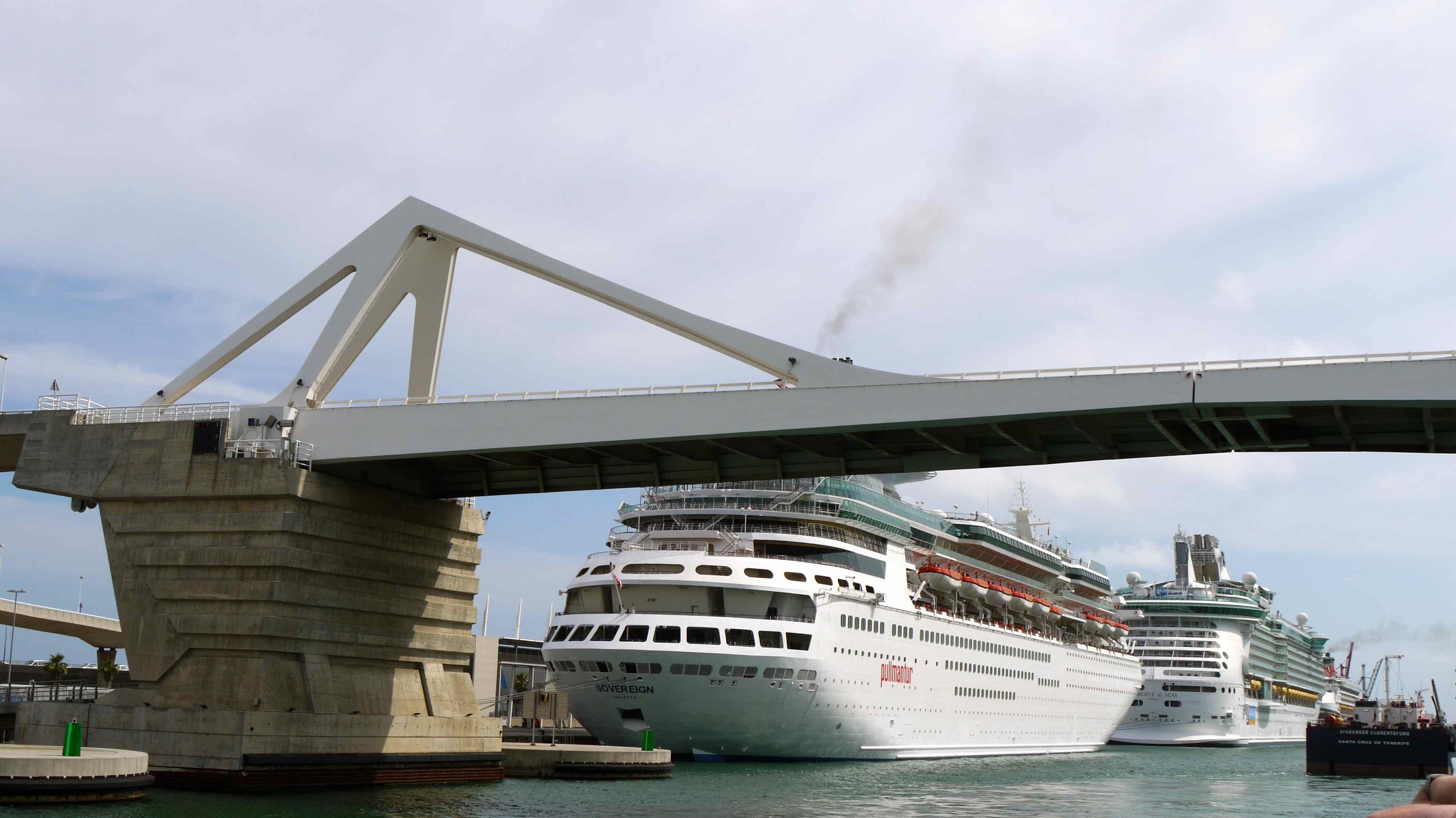 File le pont levis autoroutier et des bateaux de croisi re accost s au moll a - Vernis pont de bateau ...