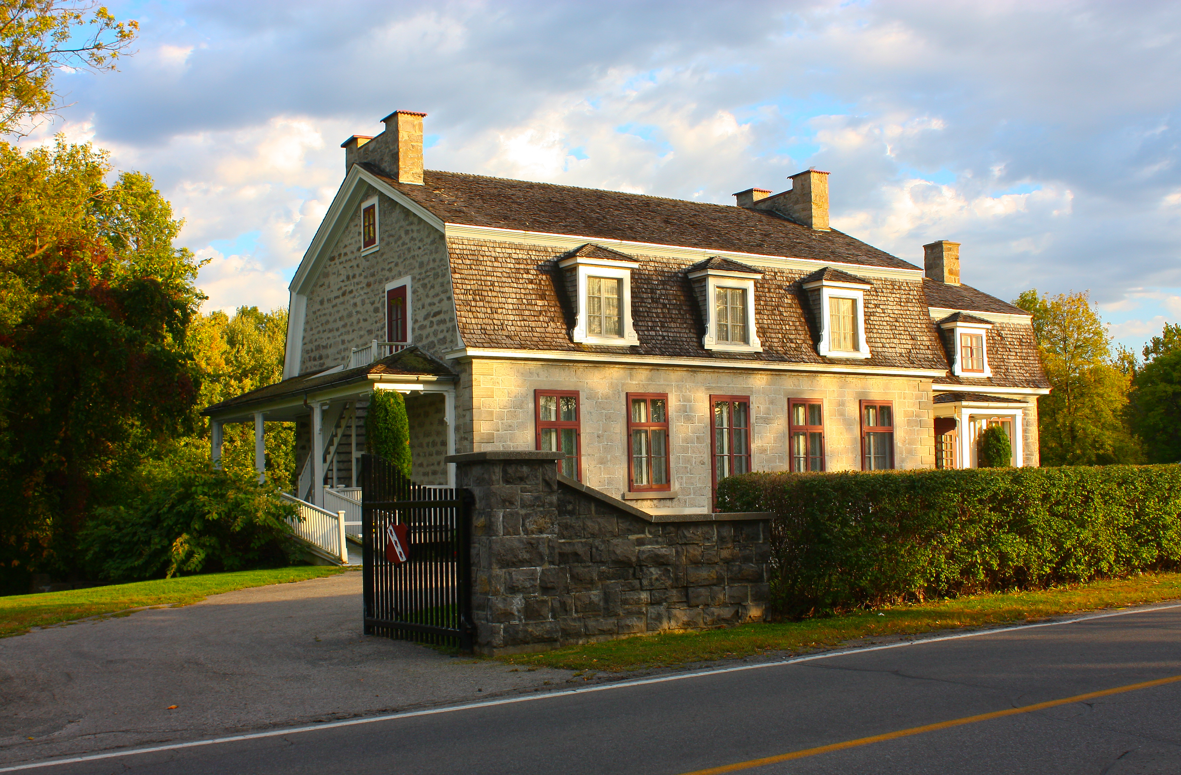 filemaison garth 100 grande cote lorraine canadajpg - Maison Canada