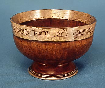 Mazer, een traditionele Germaanse beker van esdoornhout en edelmetaal die vaak geassocieerd wordt met het drinken van mede