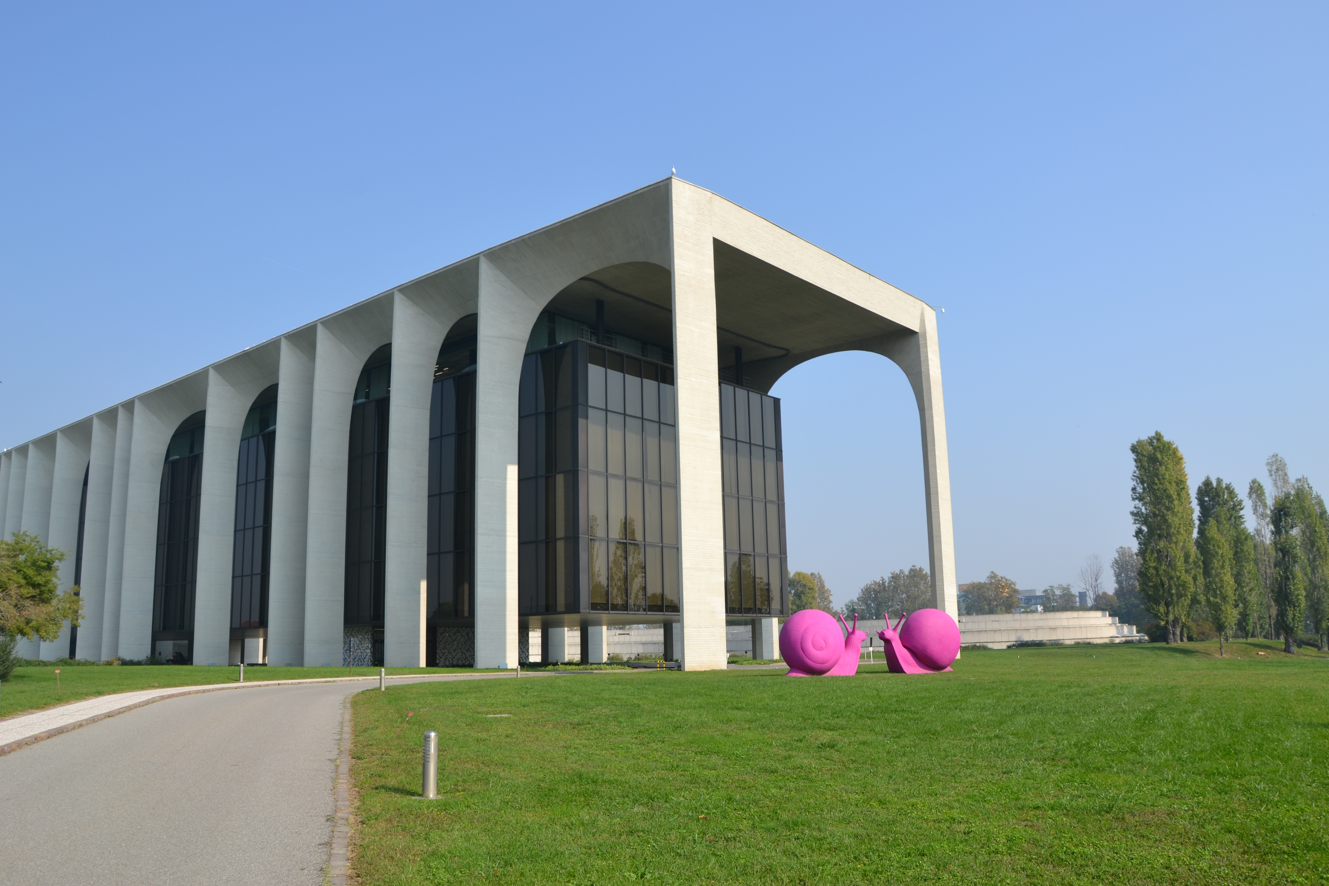 File mondadori headquarters by oscar niemeyer segrate milano wikimedia commons - Facciamo casa mondadori ...