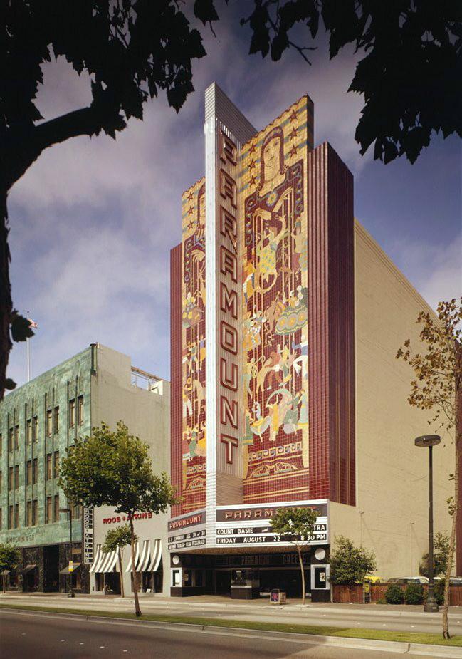 Oakland_Paramount_Theatre_exterior,_1975