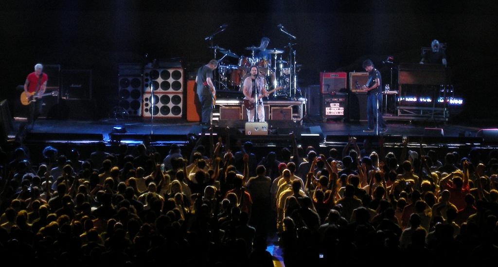 File:Pearl Jam live in New York, 2008 (1) jpg - Wikimedia Commons