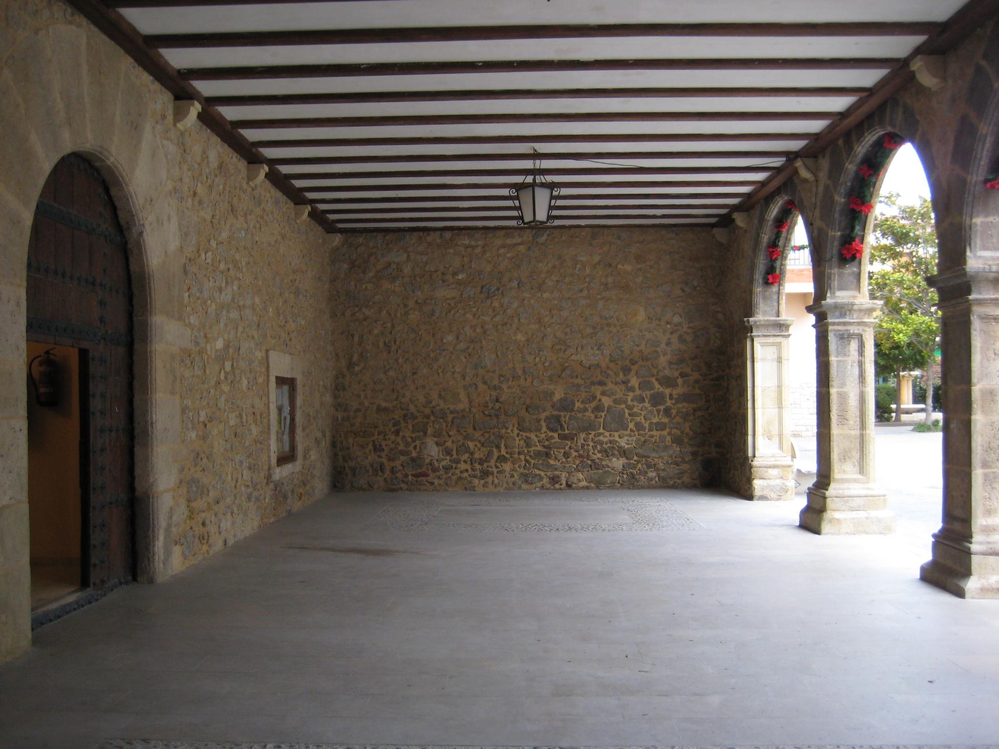 File porche de acceso a casa consistorial de - Casas con porche ...