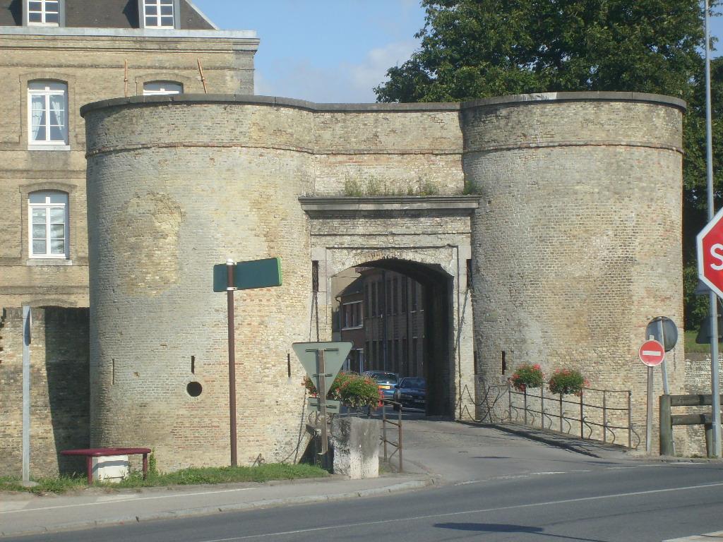 http://upload.wikimedia.org/wikipedia/commons/9/94/Porte_de_Bierne.JPG