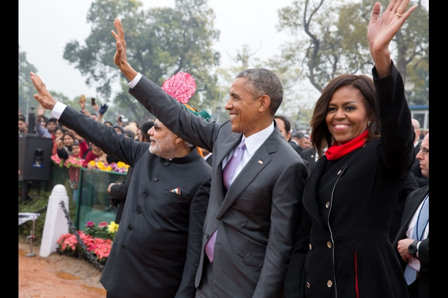 चित्र:Prime Minister Narendra Modi, President Barack Obama and First Lady Michelle Obama wave to the crowd at the Rajpath saluting base.jpg