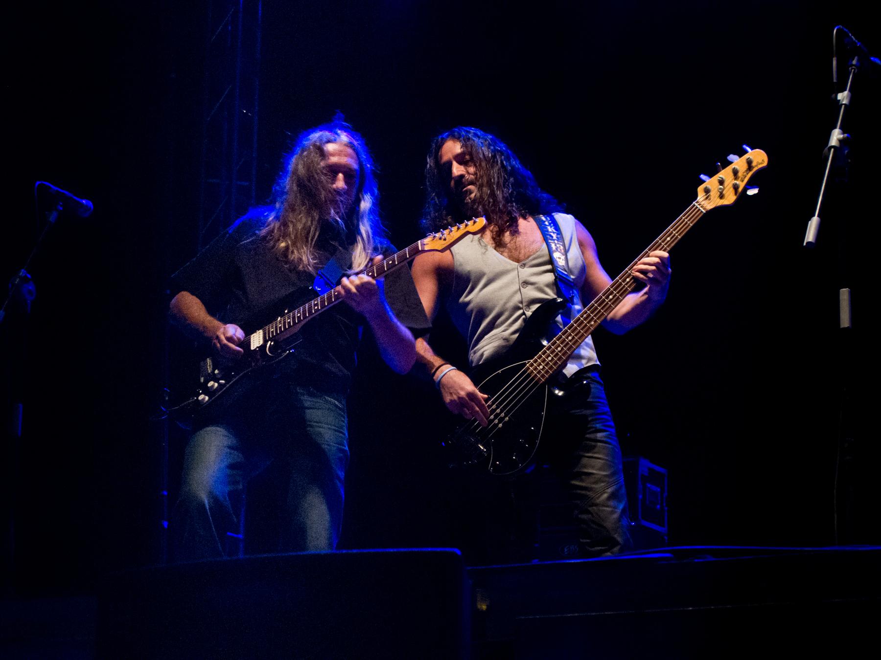 Rosendo actuando junto al bajista Rafa J. Vegas en 2012.