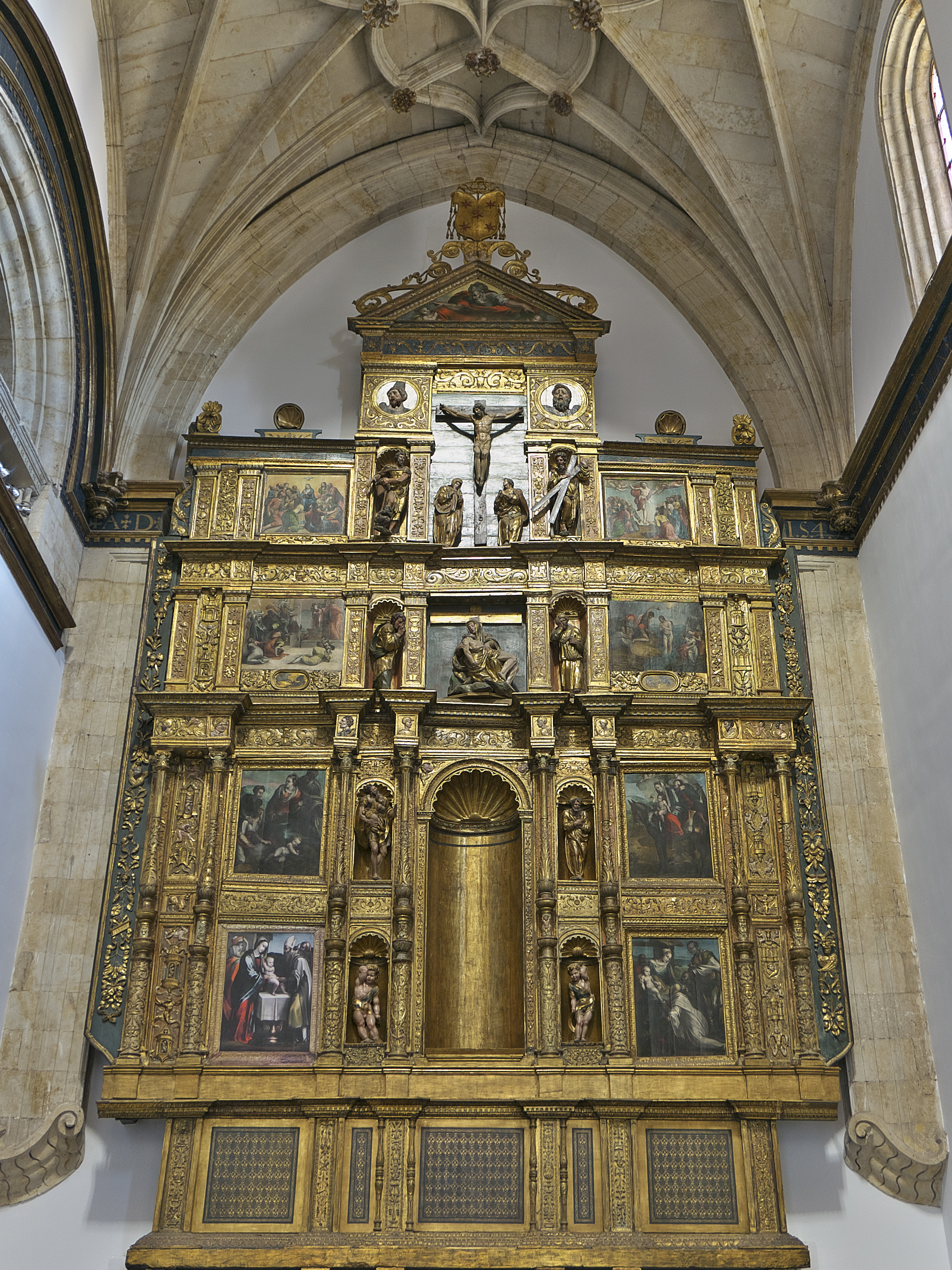 https://upload.wikimedia.org/wikipedia/commons/9/94/Retablo_mayor_de_la_capilla_del_Colegio_del_Arzobispo_Fonseca_%28Salamanca%29.jpg