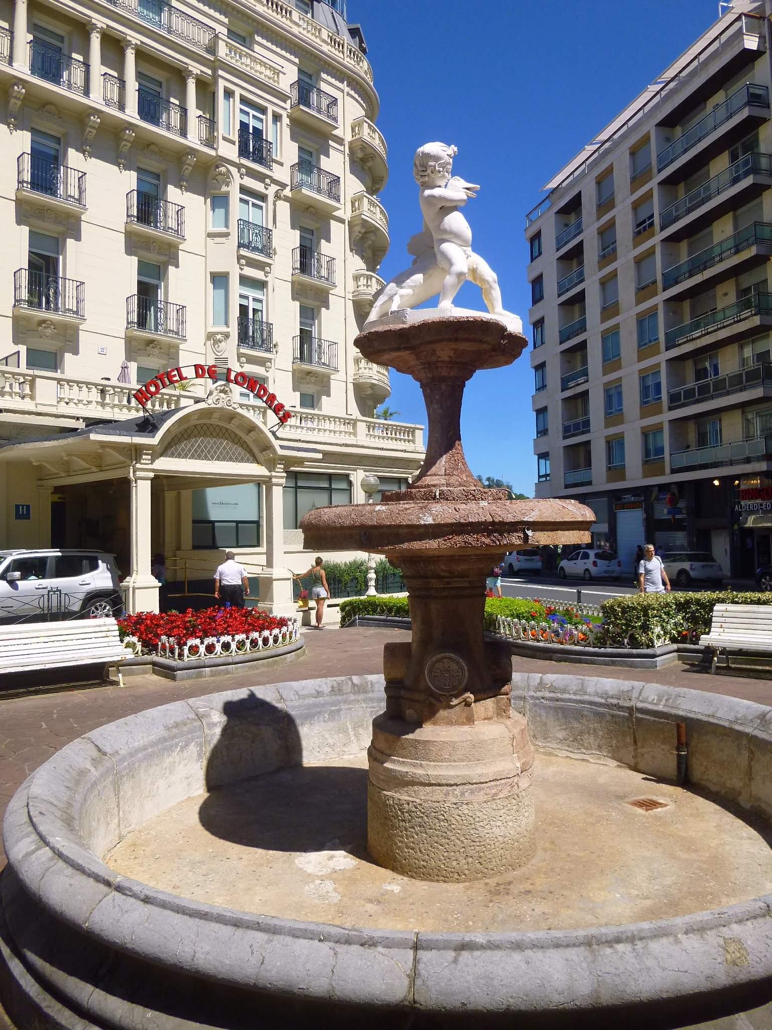 File:San Sebastián - Plaza Xabier Zubiri y Hotel de Londres y de Inglaterra  3.jpg - Wikimedia Commons
