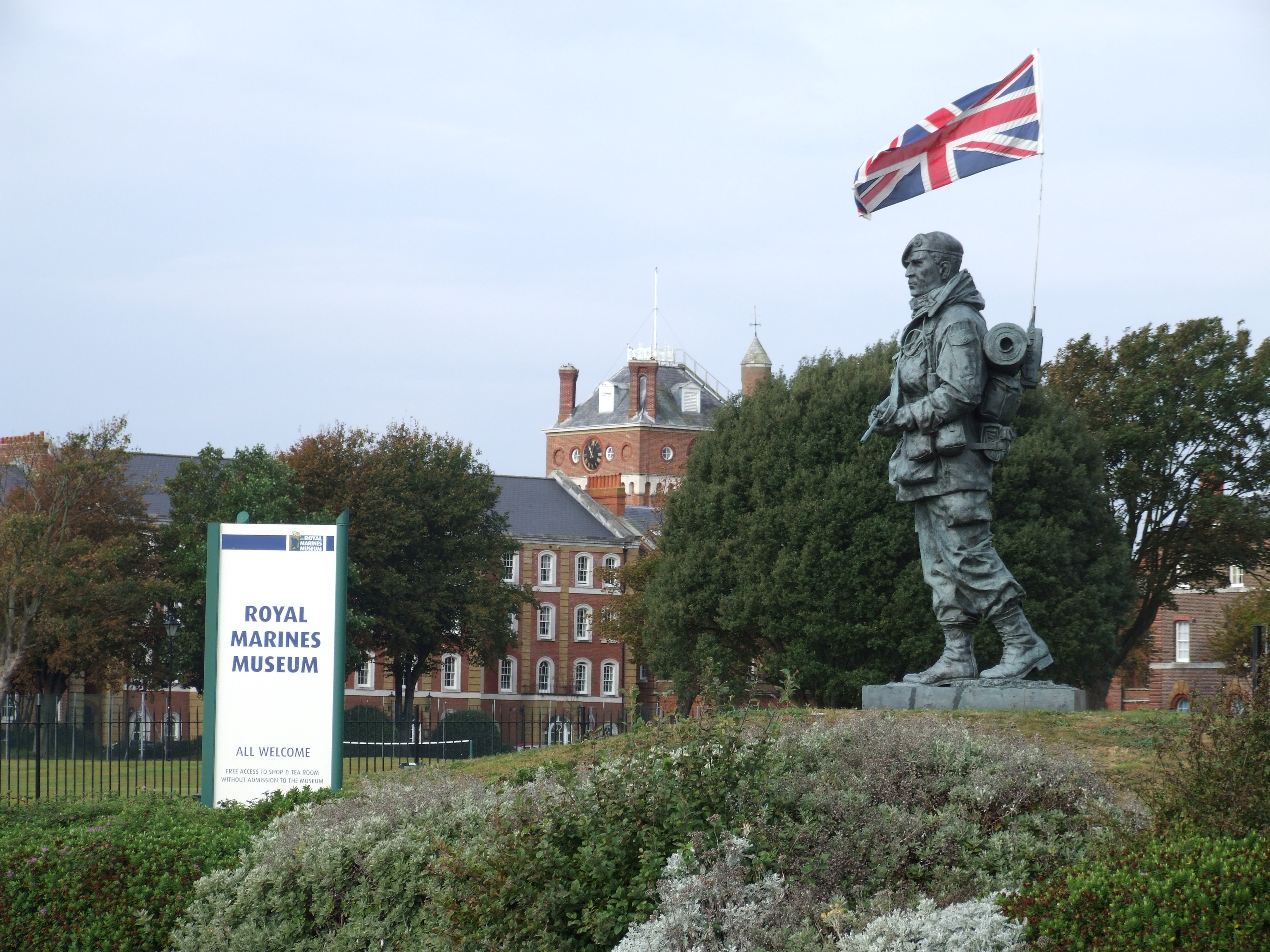 http://upload.wikimedia.org/wikipedia/commons/9/94/The_Yomper_Falklands_memorial_statue,_Royal_Marines_Museum,_Portsmouth_(1).jpg