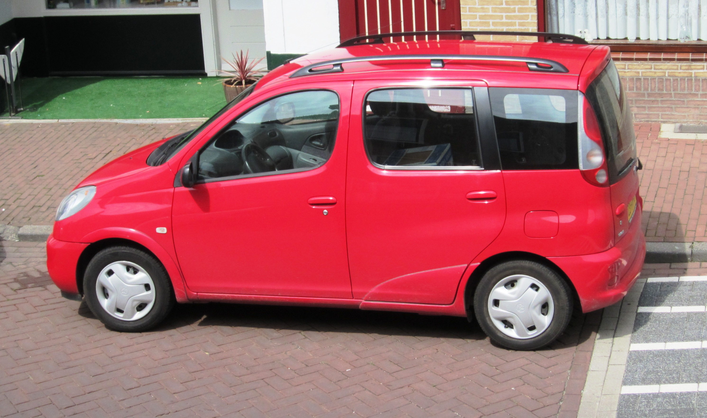 File:Toyota Yaris Break (XP10).jpg - Wikimedia Commons