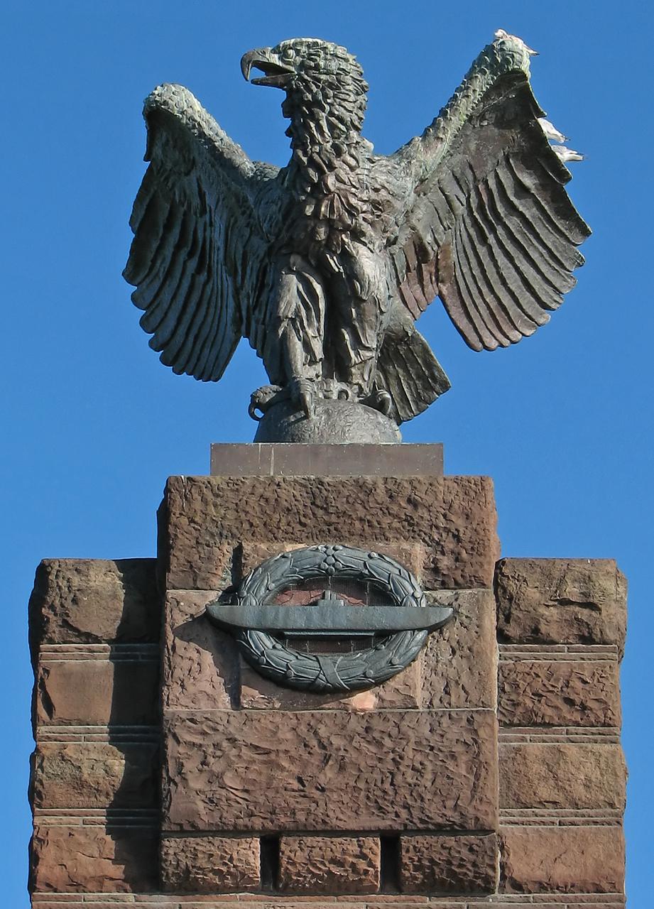 Seeadler auf dem Ehrenmal für die gefallenen deutschen U-Boot-Fahrer beider Weltkriege in Heikendorf bei Kiel