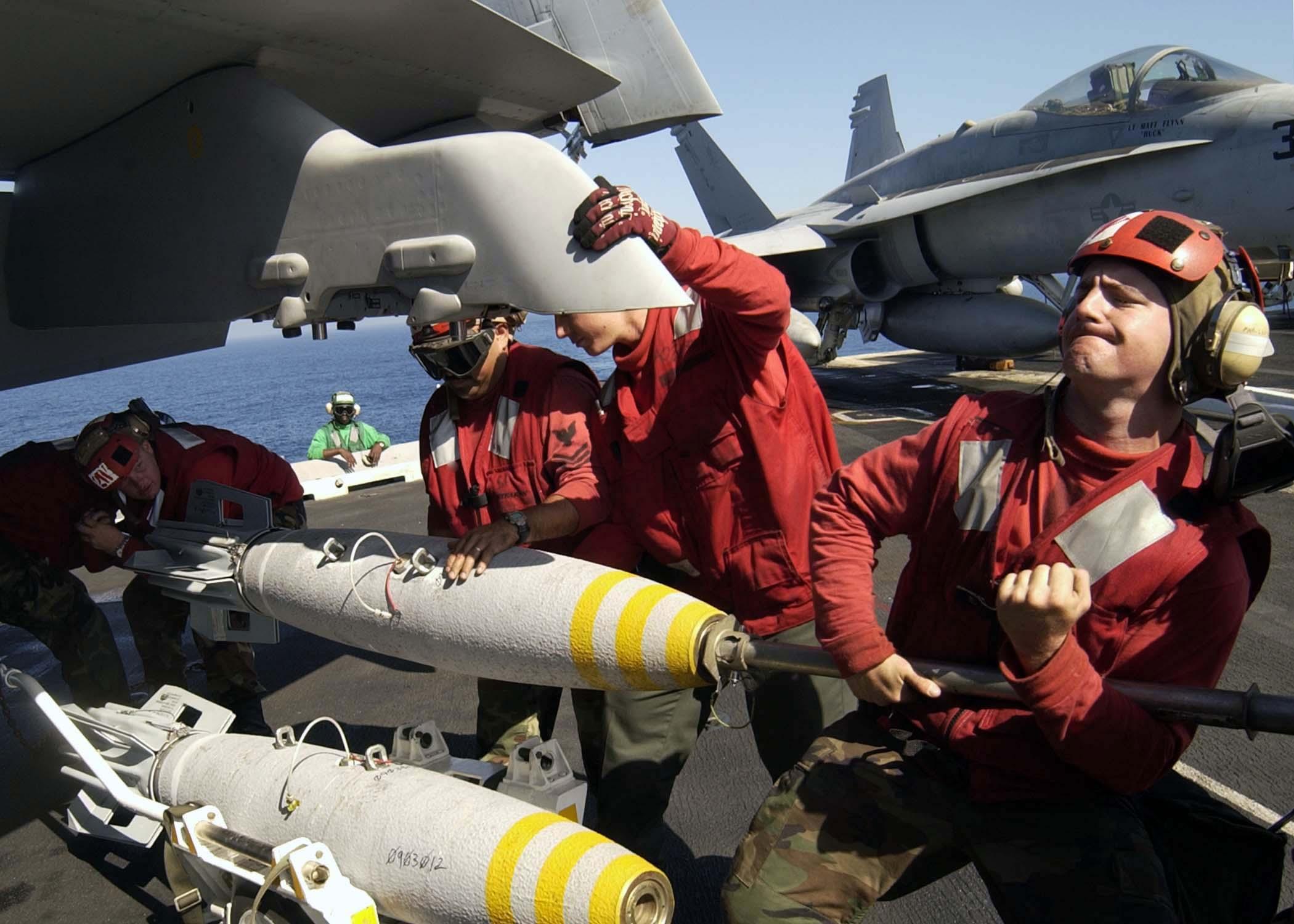 File:US Navy 040907-N-9293K-031 Aviation Ordnancemen load a 500lb