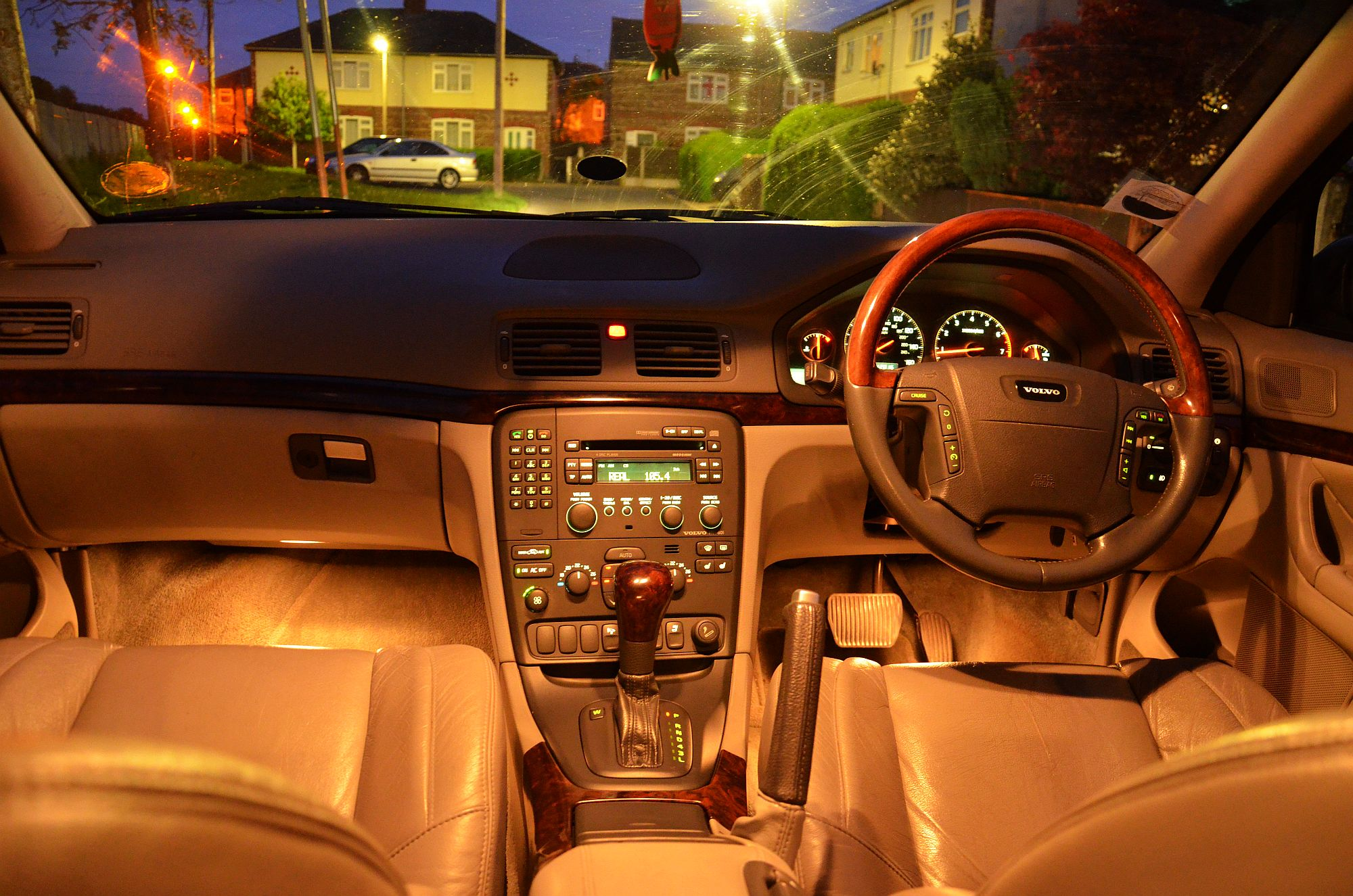 File:Volvo S80 2.4T 2002 Blue, night dashboard lights..jpg - Wikimedia Commons
