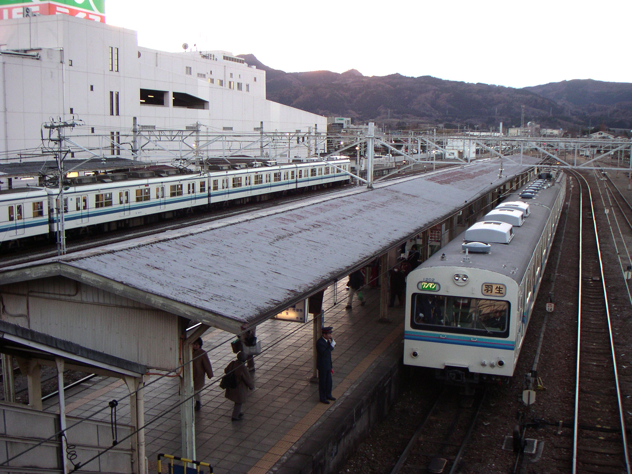 https://upload.wikimedia.org/wikipedia/commons/9/94/Yorii_Station%2C_Chichibutets.jpg