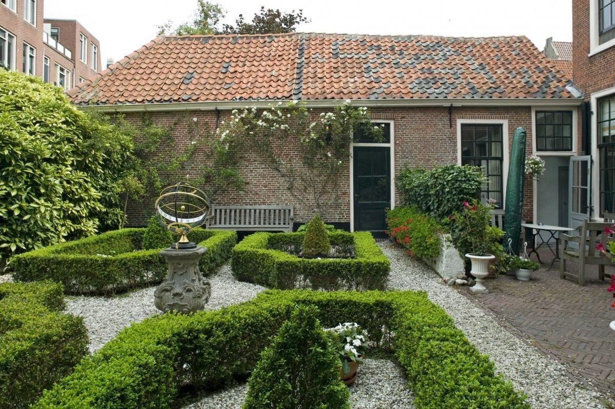file zicht op de tuin met zonnewijzer en de lage On op de tuin