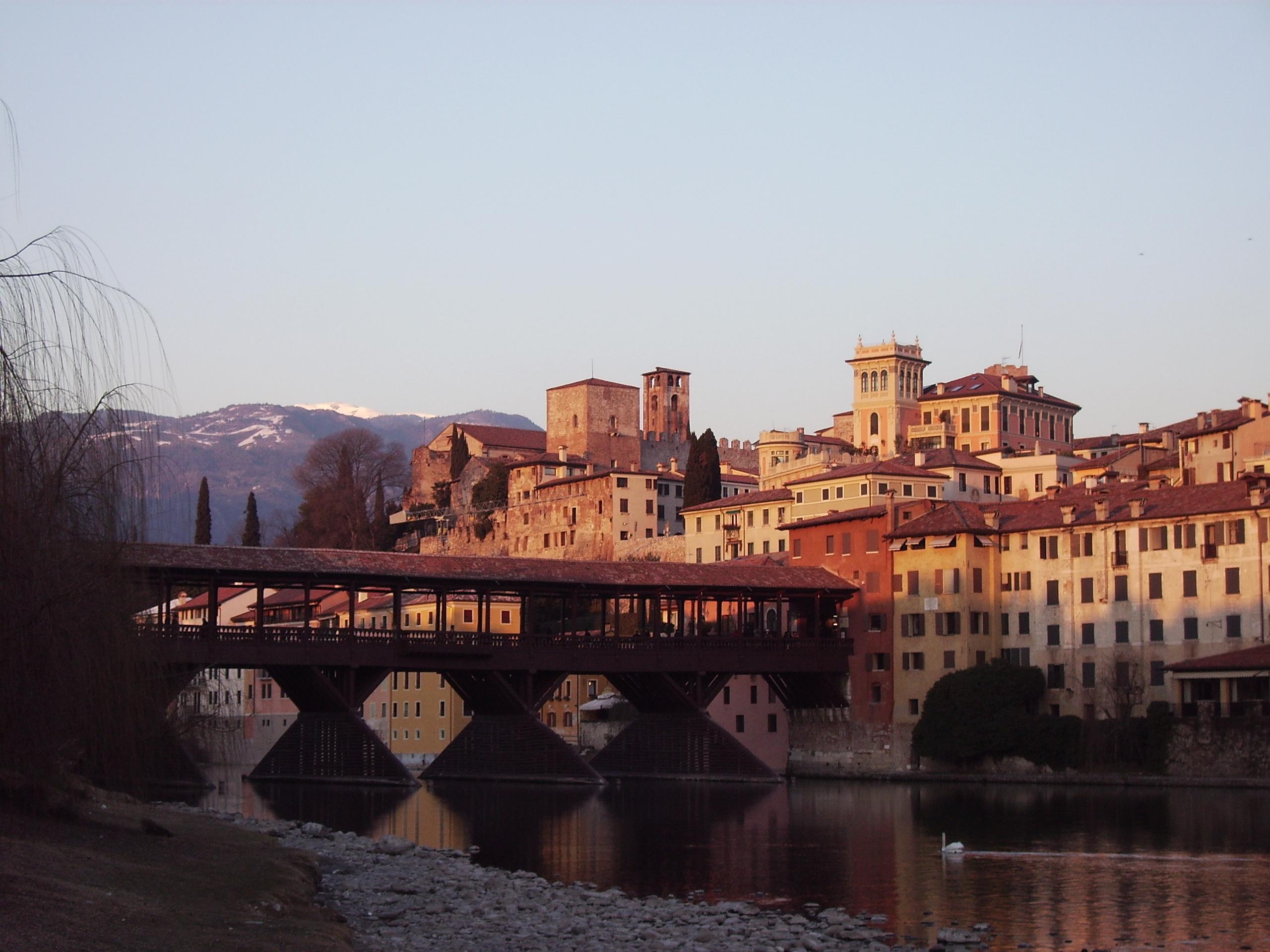 ファイル:Bassano del Grappa ov...
