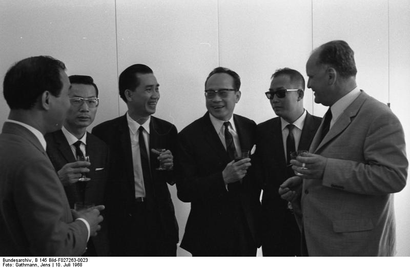 file bundesarchiv b 145 bild f027263 0023 bonn empfang blumenfeld f r politiker aus vietnam. Black Bedroom Furniture Sets. Home Design Ideas