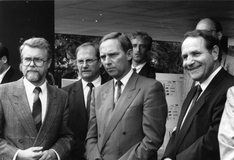 wolfgang schuble mitte als bundesinnenminister bei einem besuch beim bundesamt fr zivilschutz juli 1989 - Wolfgang Schuble Lebenslauf