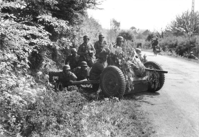 Bundesarchiv Bild 101I-127-0391-21, Im Westen, deutsche Soldaten mit getarnter Pak.jpg