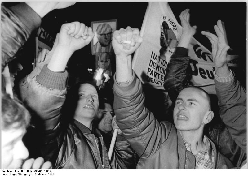 "Bundesarchiv Bild 183-1990-0115-032, Leipzig, Demonstration von ""Republikanern"", Neonazis"