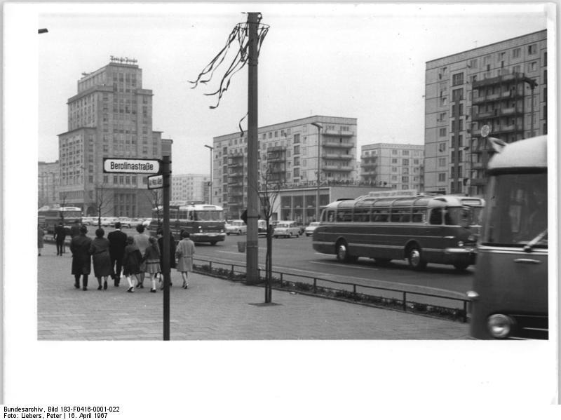 file bundesarchiv bild 183 f0416 0001 022 berlin karl marx allee busse mit sed delegierten. Black Bedroom Furniture Sets. Home Design Ideas