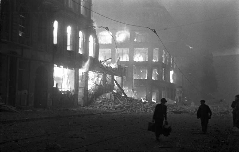 File:Bundesarchiv Bild 183-J30142, Berlin, Brände nach Luftangriff.jpg