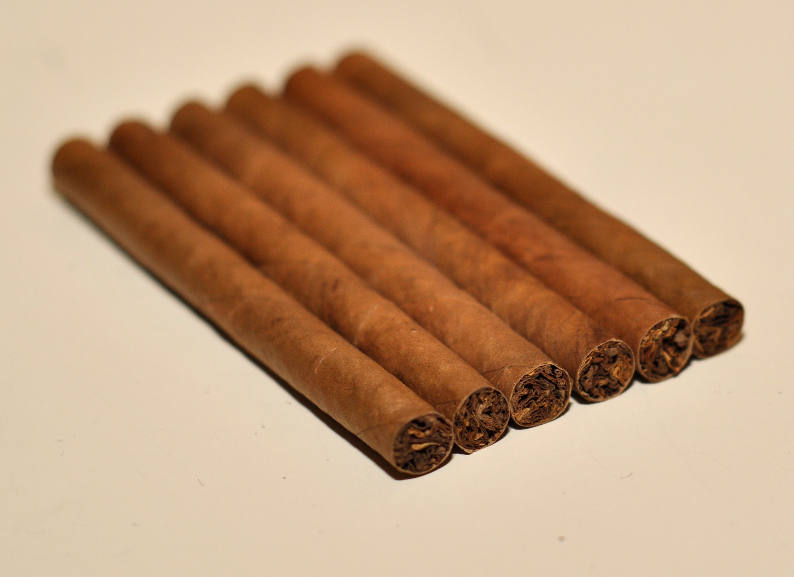 https://upload.wikimedia.org/wikipedia/commons/9/95/Caf%C3%A9_Cr%C3%A8me_Cigarillos.jpg