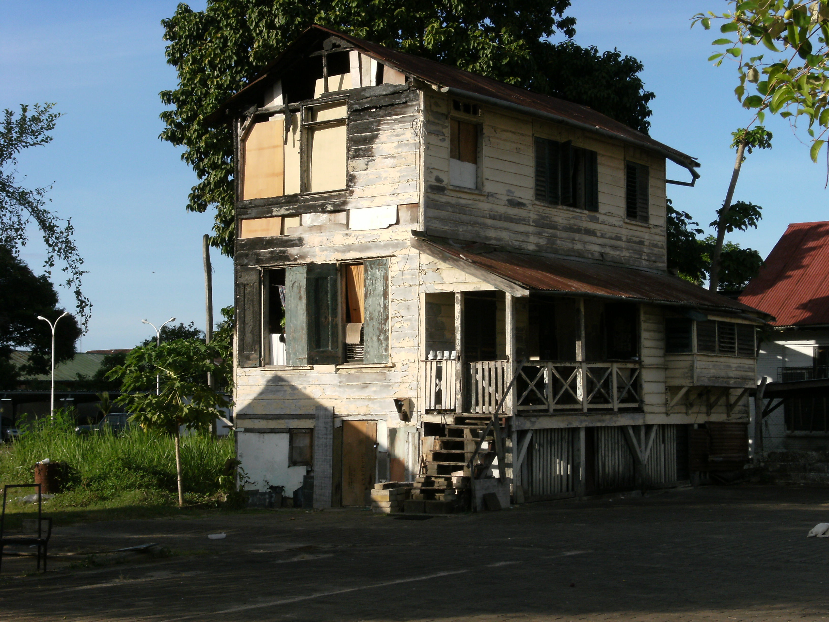 File dilapidated house in paramaribo 3 jpg wikimedia commons for Homes pictures
