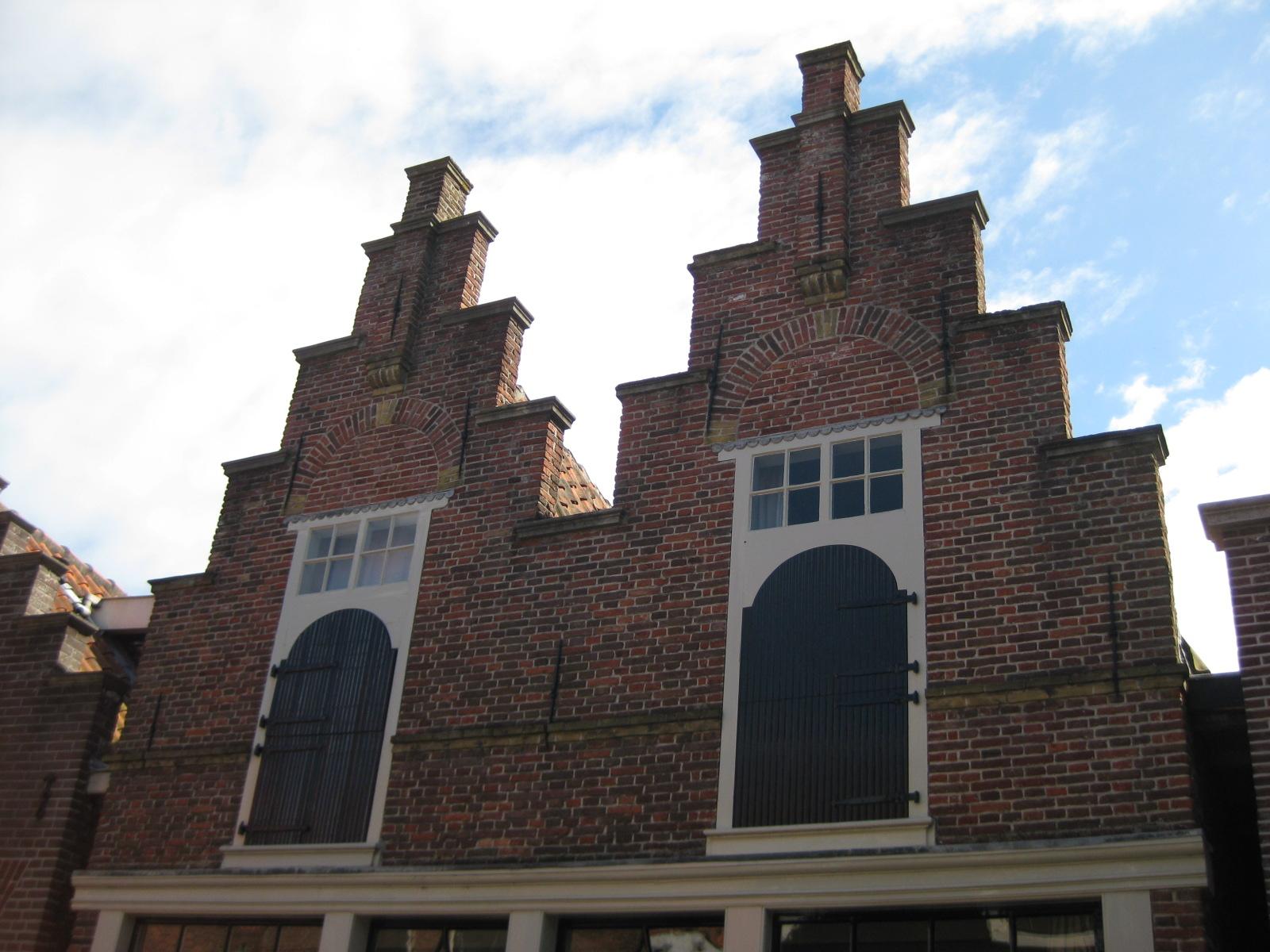 Huizen met gekoppelde voorgevels waarvan de trapgevel rechts is behouden maar de linkergevel - Foto huizen ...