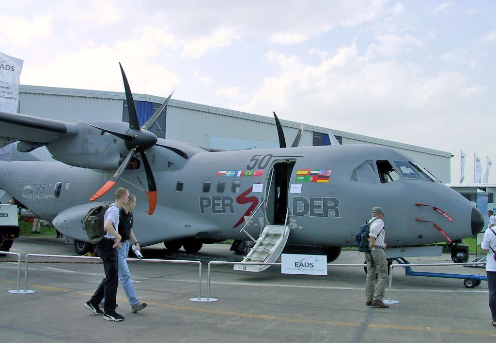 مصر تطلب ست طائرات عسكرية من طراز (ايرباص سي 295) منذ 54 دقيقة - صفحة 4 EADS_CASA_C-295_-_ILA2002-01