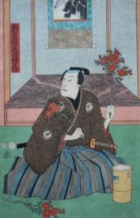 Ein Samurai mit Schwert blickt hinter sich. In der Hand hält er einen blühenden Zweig. Vor ihm steht ein Bambusgefäß.