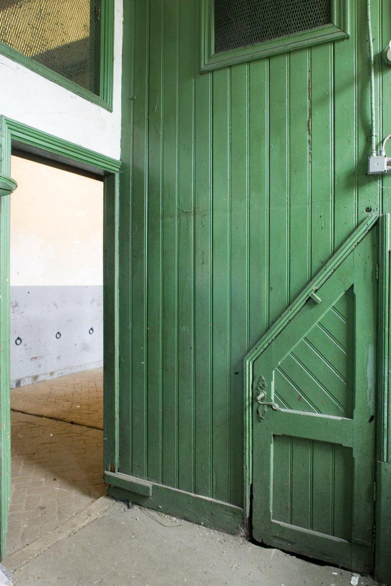 File:Interieur, houten wand in de kleine stal met schuin toelopend ...