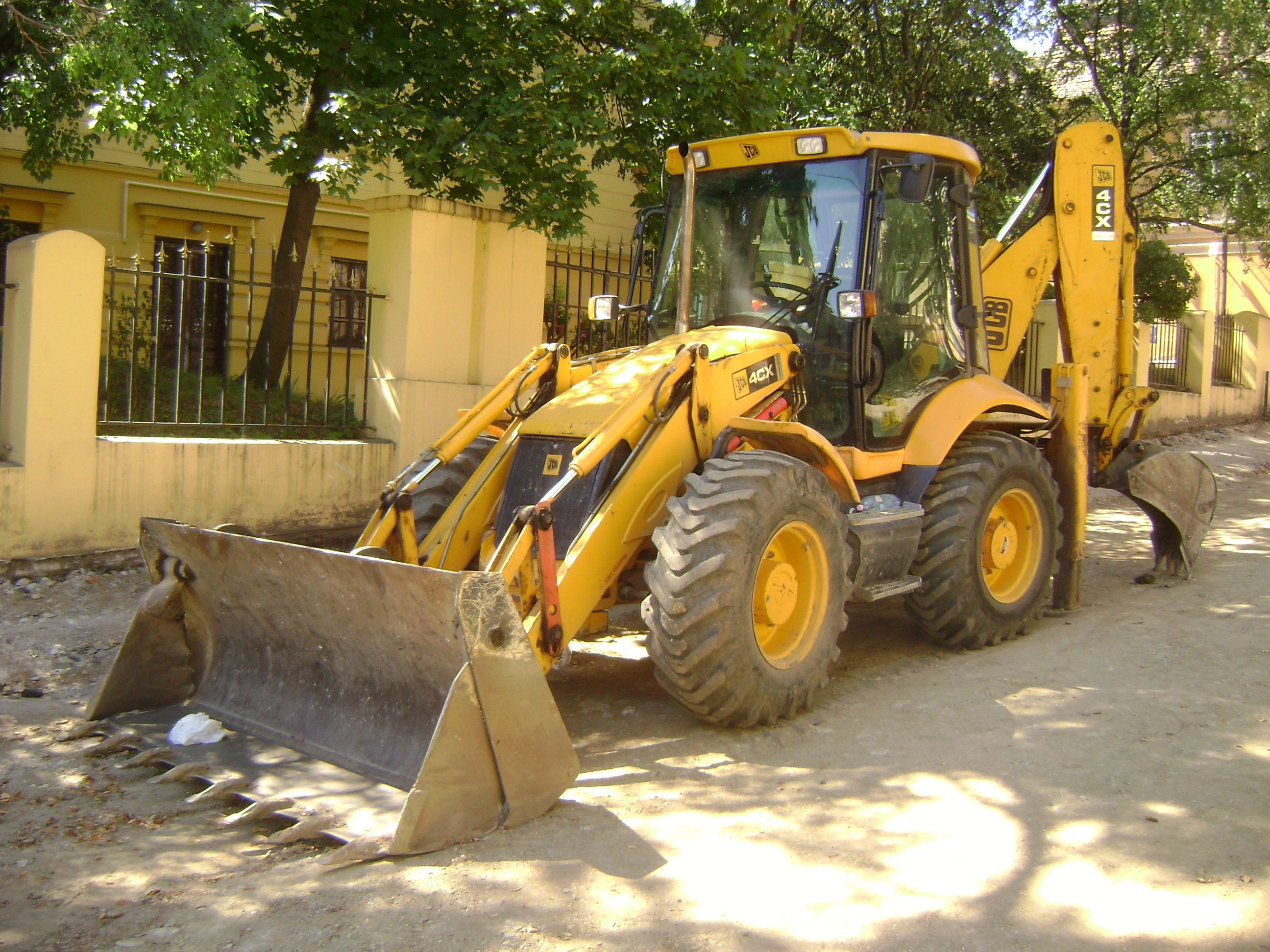 File:JCB 4CX backhoe loader in Sibiu, România - front view ...