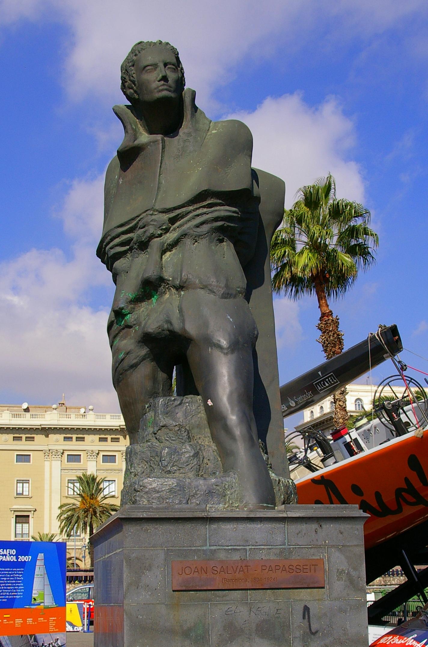 Estatua en honor a Joan Salvat-Papasseit en el Moll de la Fusta, donde trabajó de vigilante nocturno. En el pedestal hay una placa con el poema ''Nocturn per a acordió''. La escultura es obra del arquitecto luxemburgués Robert Krier.