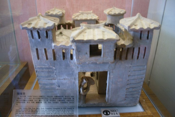 https://upload.wikimedia.org/wikipedia/commons/9/95/Late_Eastern_Han_pottery_castle.JPG