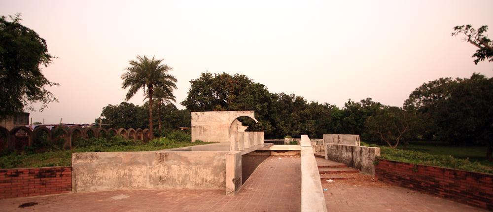 Mohiuddin Jahangir Tomb by Mustafiz 2.jpg