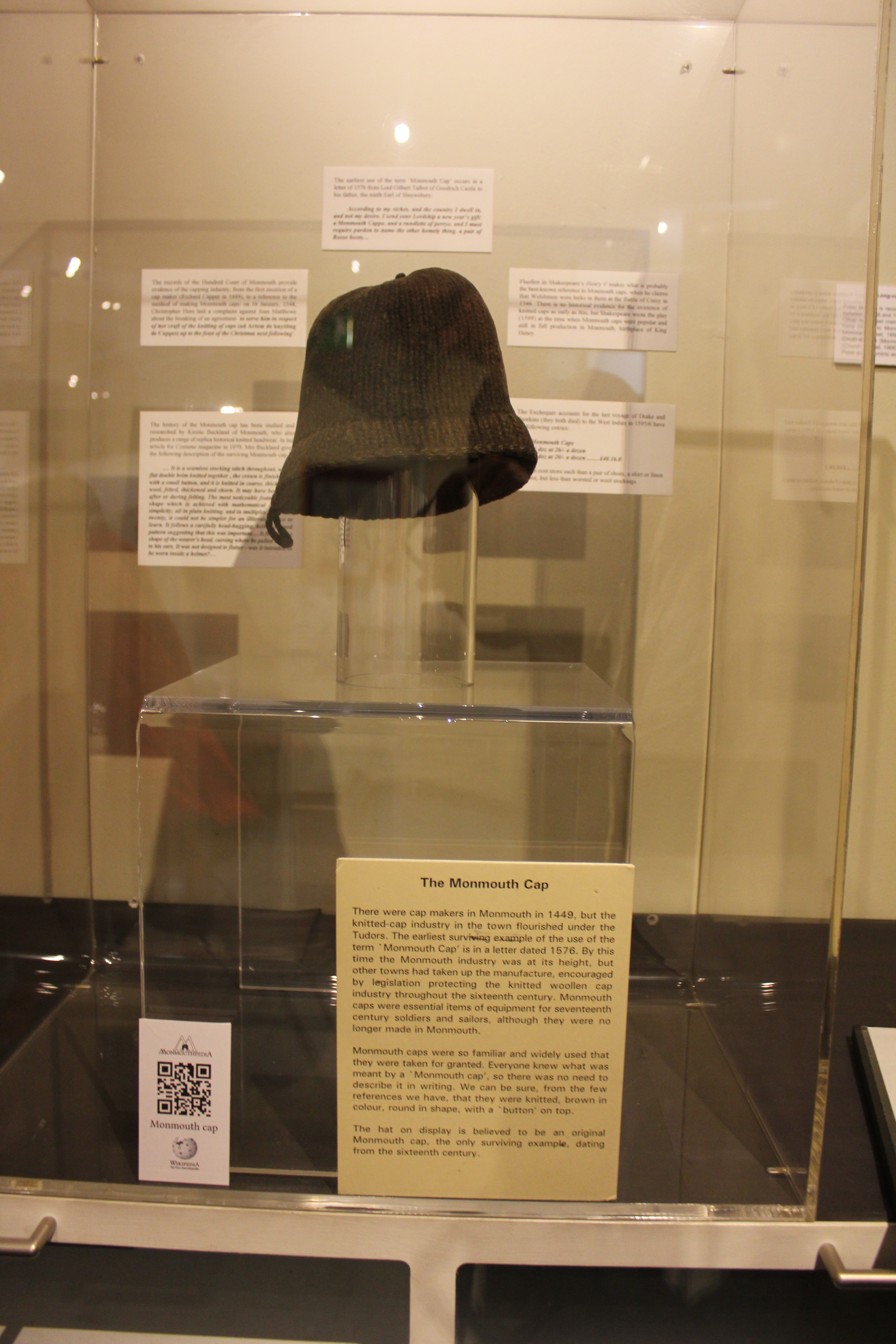dbecd5de4ed Bestand Monmouth Cap display at Monmouth Museum with QRpedia code ...