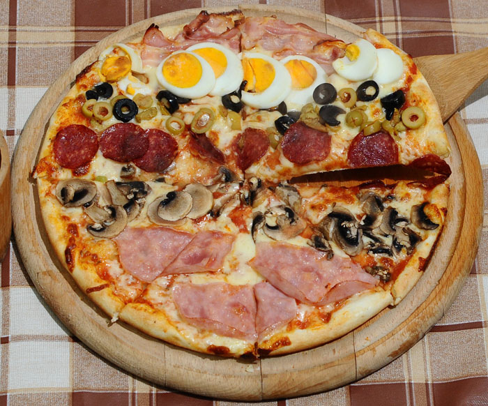 File:Pizza with various toppings.jpg - Wikimedia Commons
